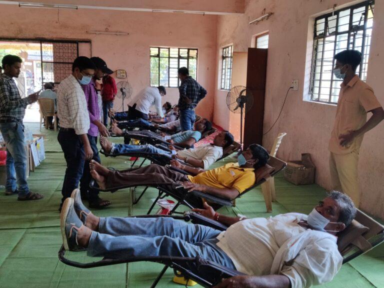 आमदार सुभाष धोटे यांच्या वाढदिवसानिमित्त १६१ नागरिकांचे रक्तदान